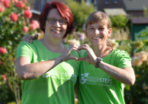 Sandra und Wencke formen ein Herz für die Umwelt aus ihren Händen.